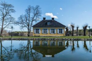 Nyckelvikens Herrgård är en av alla platser som rekommenderas ett besök om du vill åka på bilsemester i Sverige.