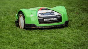 En robotgräsklippare kan drabbas av många olika typer av skador. Se över din villaförsäkring för att vara säker på att den täcker skadorna.