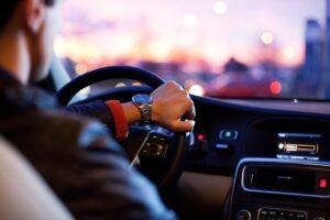 Fler än hälften kör för fort utanför skolor, visar en undersökning från M Sverige.
