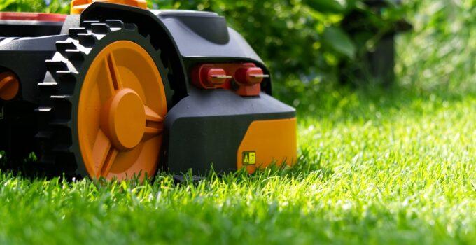 Skadad robotgräsklippare blir ett allt mer vanligt försäkringsärende. Se över din försäkring, ibland krävs tillägget drulleförsäkring till din villaförsäkring för att fler skador ska täckas in.